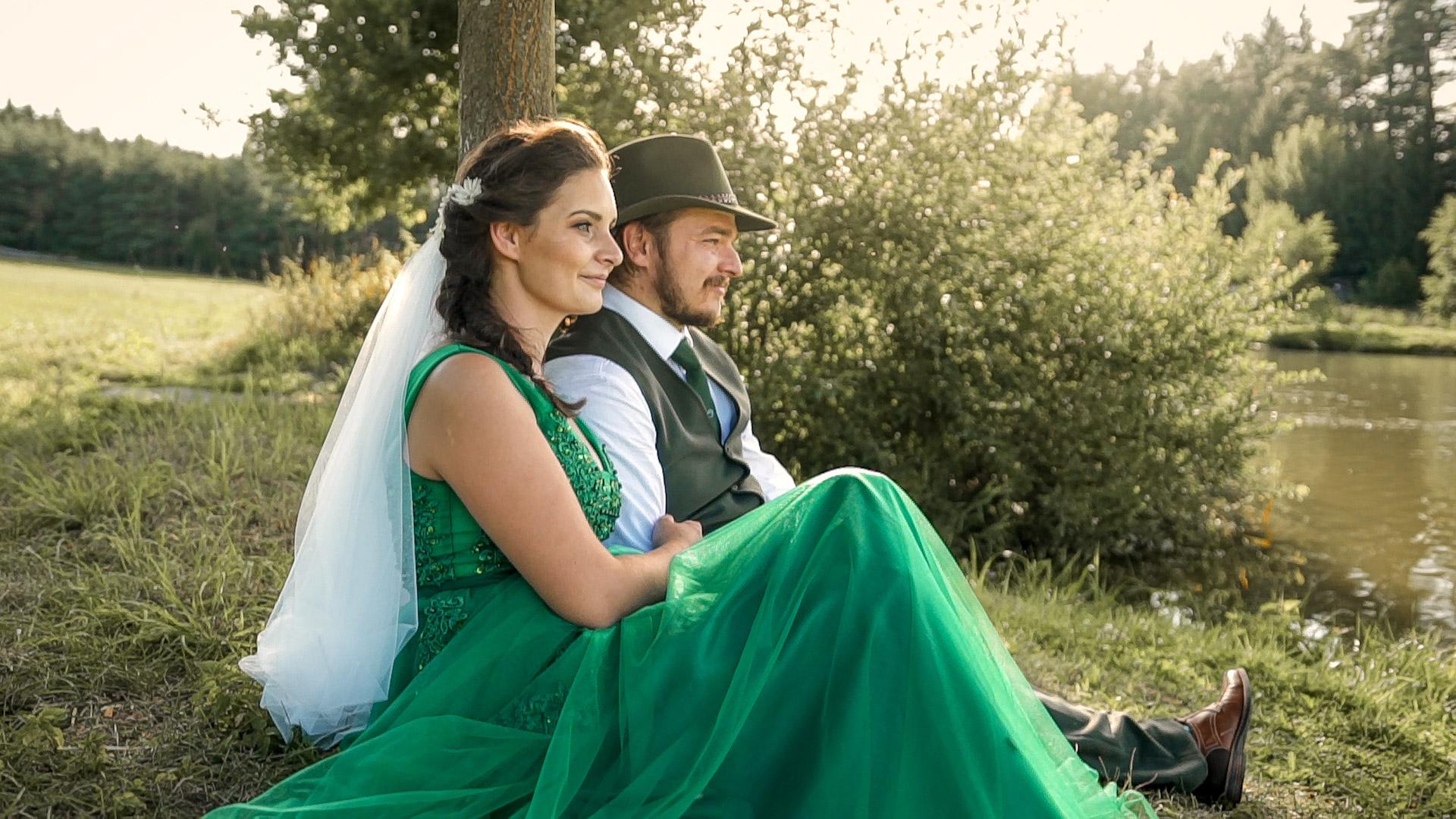 Svatební video ze stylové rybářské svatby u Javořice. Krásná chata v přírodě u lesa